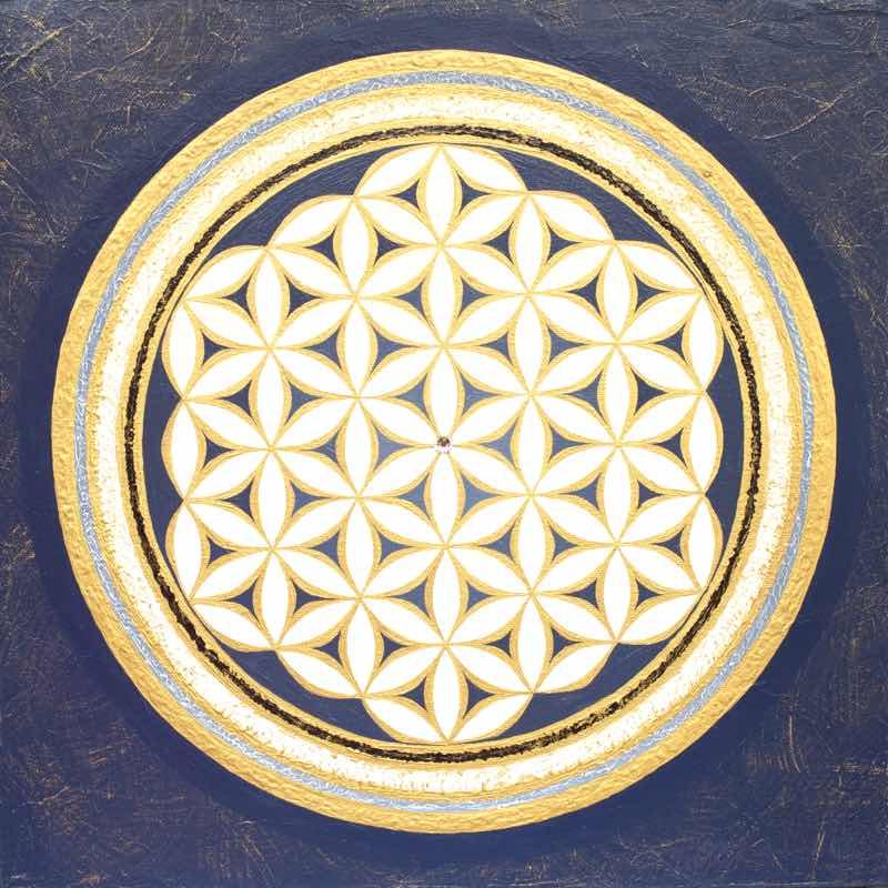 handgemaltes Energiebild in Blau, Weiß und Gold mit der Blume des Lebens