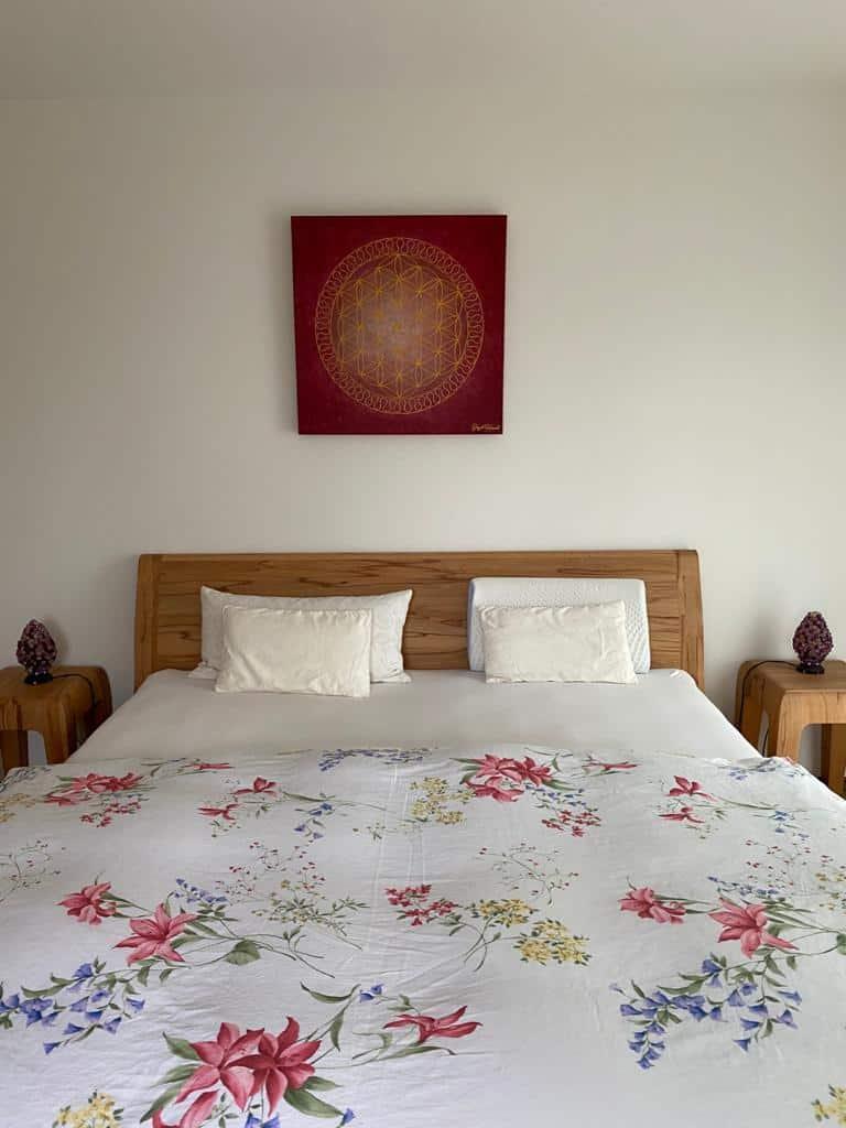 Blume des Lebens in Rot und Gold als Auftragsmalerei im Schlafzimmer