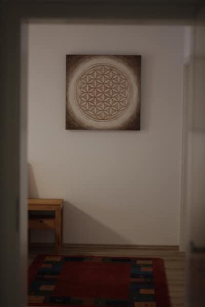 Blume des Lebens als handgemaltes Bild im Schlafzimmer
