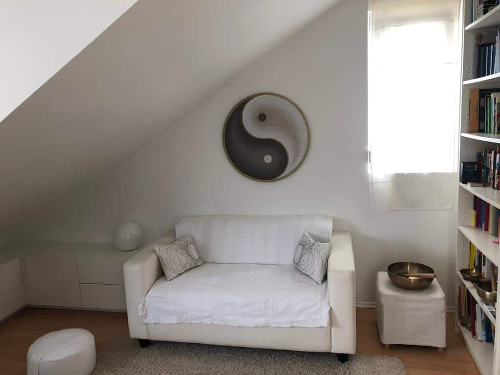 Handgemaltes Yin Yang Bild über dem Sofa